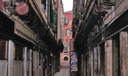Psicosi a Venezia, sconosciuto armato di coltello aggredisce i passanti