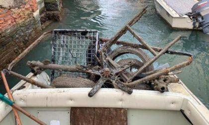 Gondolieri all'opera per ripulire Rio del Vin a Venezia