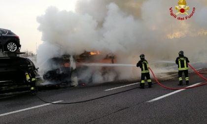 Bisarca prende fuoco in A4, momenti di paura FOTO E VIDEO