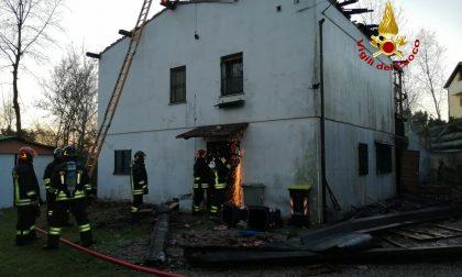 Incendio a Marcon: crolla un camino sul tetto di una casa