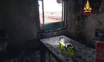 Incendio a Murano, coppia si mette in salvo sul balcone