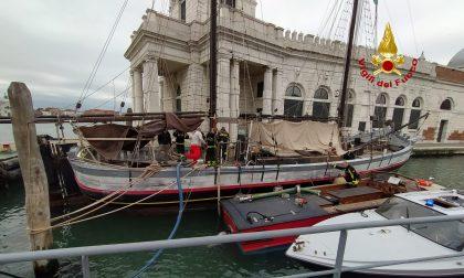 Intervento dei vigili del fuoco a Punta della Dogana: imbarcazione storica imbarca acqua GALLERY
