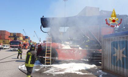 Incendio a Marghera: in fiamme una macchina operatrice per container
