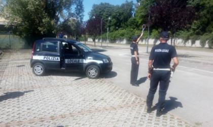 Prende appunti mentre guida, fermata dalla Polizia locale di Treviso e sanzionata