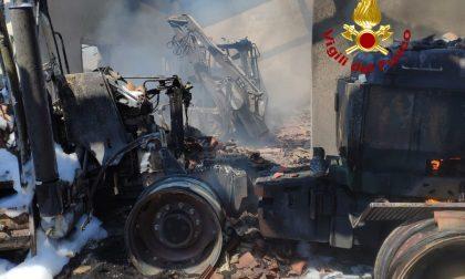 In fiamme un ricovero di mezzi agricoli: l'intervento immediato dei vigili del fuoco GALLERY