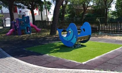Nuovi giochi e tappeti antitrauma in tutte le scuole e gli asili comunali: riqualificato anche il verde