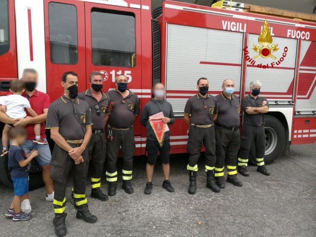 Incontra i Vigili del fuoco che lo strapparono alla morte dopo l'incidente per ringraziarli