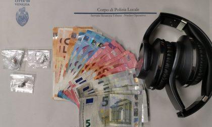 Spaccia eroina in cambio di denaro e di cuffie bluetooth, 29enne arrestato a Mestre