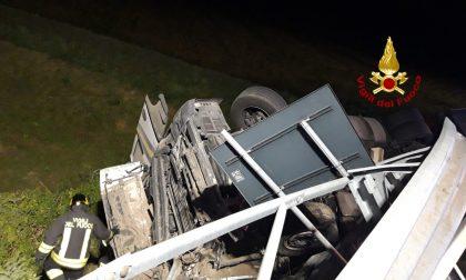 Incidente sulla A4: tir cade nella scarpata e si rovescia dopo aver divelto 60 metri di guardrail. FOTO