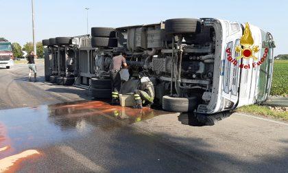 Camion di barbabietole si rovescia a San Donà di Piave: perdita di circa 300 litri di gasolio