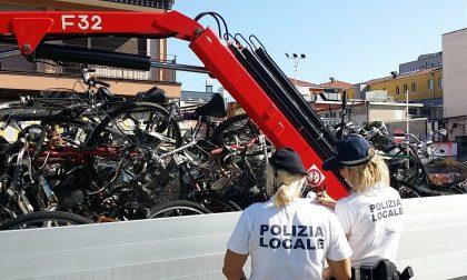 Stop alle biciclette abbandonate fuori dalle rastrelliere: da oggi, inizia la rimozione da parte della polizia locale