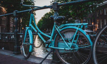 Troppe biciclette fuori dalle rastrelliere: interviene la Polizia Locale