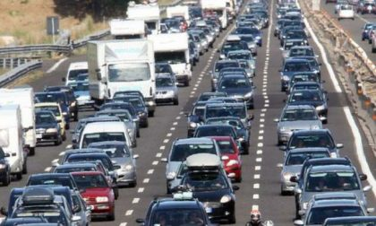 Incidente in A4, tir perde sacchi di cemento: autostrada bloccata e traffico in tilt