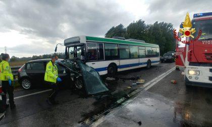 Tragedia a Marano: scontro frontale tra auto e bus di linea, deceduta l'automobilista