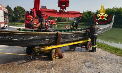 Fiume Brenta, gondola imbarca acqua: intervento dei Vigili del fuoco con l'autogru – FOTO