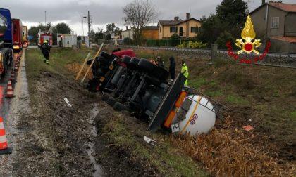 Paura a Chioggia, camion cisterna carico di ipoclorito di sodio si rovescia: Vigili del fuoco sul posto – FOTO