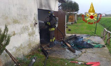 Ricovero mezzi agricoli in fiamme a Spinea: bruciato anche il tetto in eternit – GALLERY