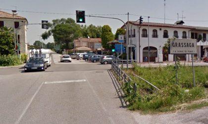 Incidente mortale a Grassaga, auto finisce fuori strada: 64enne trevigiano perde la vita