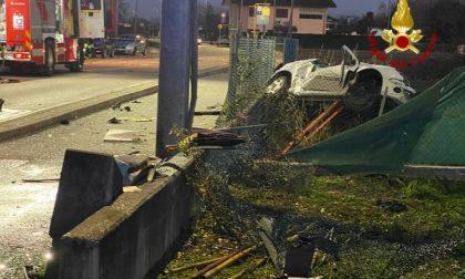 Auto si schianta contro i contatori del gas: morto un 19enne di Mira – FOTO
