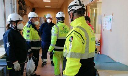 Tute gialle degli alpini in azione per ripristinare l'ospedale dismesso