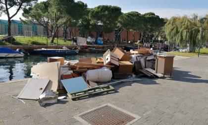 Una catasta di rifiuti ingrombranti abbandonati a Sacca Fisola