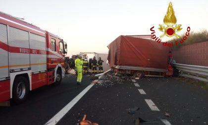 Tragedia in A4, terribile schianto tra un camion e due furgoni: un morto – FOTO