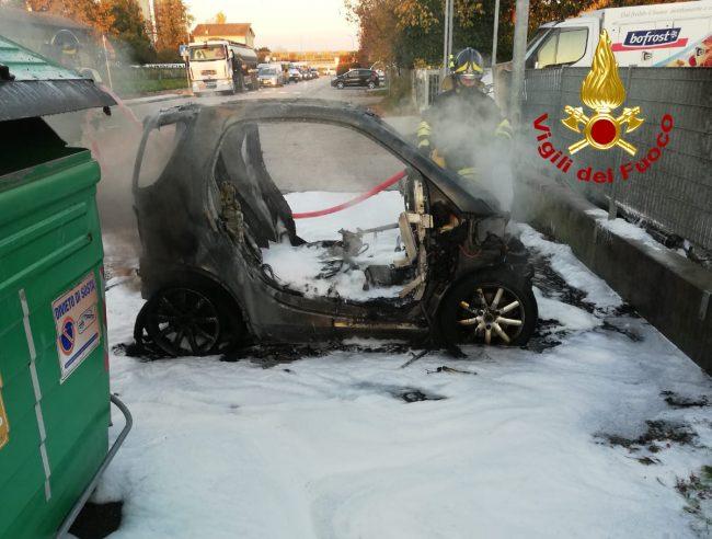 Incendio auto a Spinea, salvo il conducente: fiamme spente con la schiuma - FOTO