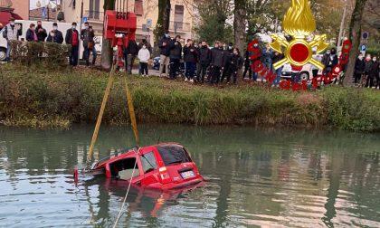Auto nel naviglio del Brenta a Mira, conducente in salvo a nuoto – FOTO