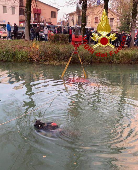 Auto nel naviglio del Brenta a Mira, conducente in salvo a nuoto - FOTO