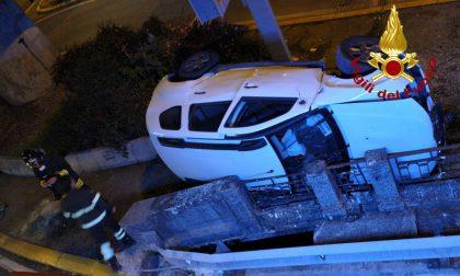 Incidente sulla rampa Rizzardi a Mestre, perde il controllo dell'auto e si rovescia: conducente ferito - FOTO