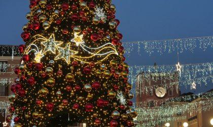 Natale di luce 2020: acceso dal sindaco Brugnaro il grande albero di Piazza Ferretto – VIDEO e FOTO