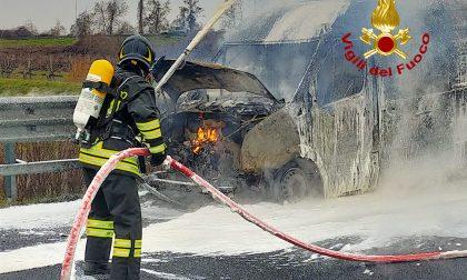 Accosta in autostrada e il furgone prende fuoco, A4 in direzione Venezia bloccata per due ore