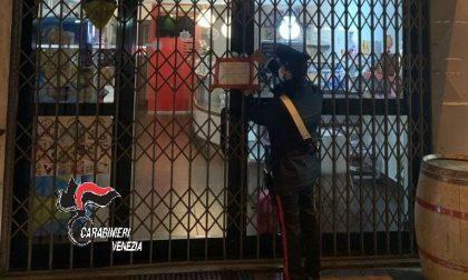 Spritz e alcolici consumati all'interno del bar del centro: locale chiuso, titolare multata