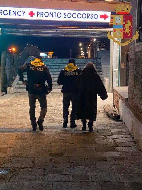 """Anziana in stato confusionale soccorsa dagli agenti e """"scortata"""" al Pronto soccorso"""