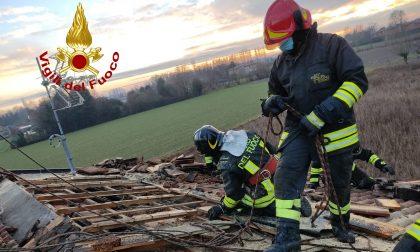 Incendio mansarda a Fossò, brucia anche il tetto: Vigili del fuoco sul posto – FOTO
