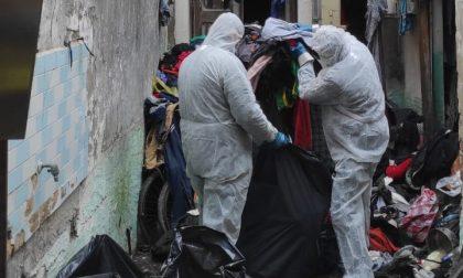 """Scomparso da giorni, 75enne trovato morto oggi in casa sotto una """"montagna"""" di vestiti"""