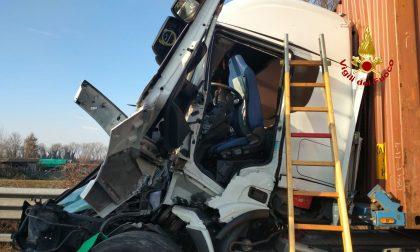 Schianto tra Tir in autostrada: la vittima è un autista di 25 anni