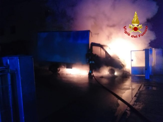 Incendio furgone nella ditta a Marcon: non si esclude il dolo