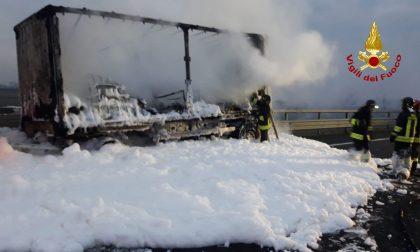 Paura in A4, a fuoco il rimorchio di un camion che trasportava materiale tossico corrosivo