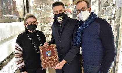 Gli auguri dell'assessore Costalonga per i 50 anni di un'attività orafa di Venezia