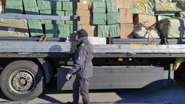 Prodotti pericolosi dalla Cina, maxi sequestro sulla Romea: anche giocattoli