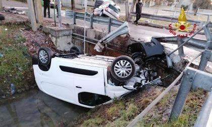 Auto rovesciata nel canale dopo l'incidente a Santa Maria di Sala: due feriti