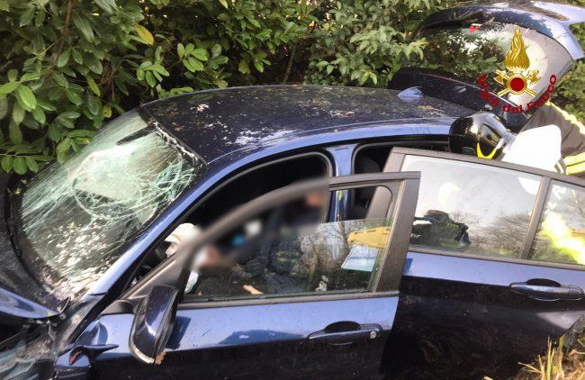 Finisce con l'auto nel canale di scolo a Mirano: conducente ferito