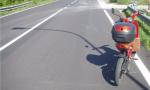 """Travolta da una bicicletta elettrica mentre cammina a bordo strada: ma per l'assicurazione è solo """"colpa sua"""""""