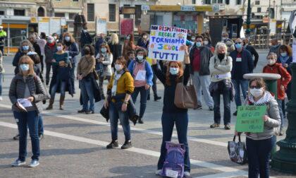 Erano più di 350 alla manifestazione per chiedere la riapertura delle scuole