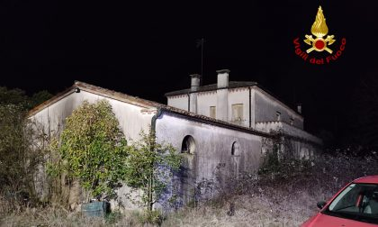 Le foto dell'incendio al casolare abbandonato di Marcon