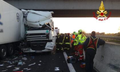 Le impressionanti foto del terribile tamponamento in autostrada: due morti