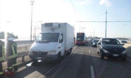 Tamponò e travolse la proprietaria di un furgone in panne, a processo il conducente di un tram