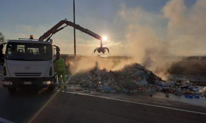 Razzo di segnalazione nautica nell'immondizia esplode in un camion della raccolta differenziata