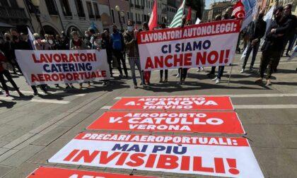 """Precari aeroportuali in piazza a Mestre: """"Siamo invisibili e senza futuro"""""""